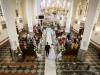 tuż-przed-ślubem-wejście-do-kościoła-pary-młodej-fotografia-ślubna-Bapacifoto-Tarnów-Wola-Rzędzińska