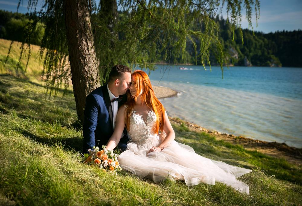 Przytulona para młoda nad zalewem czorsztyńskim podczas sesji ślubnej