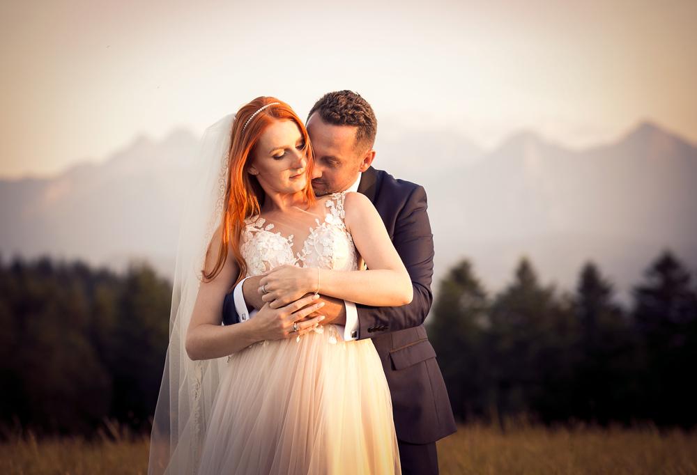 Subtelna sesja ślubna, pan młody obejmuję swoją ukochaną