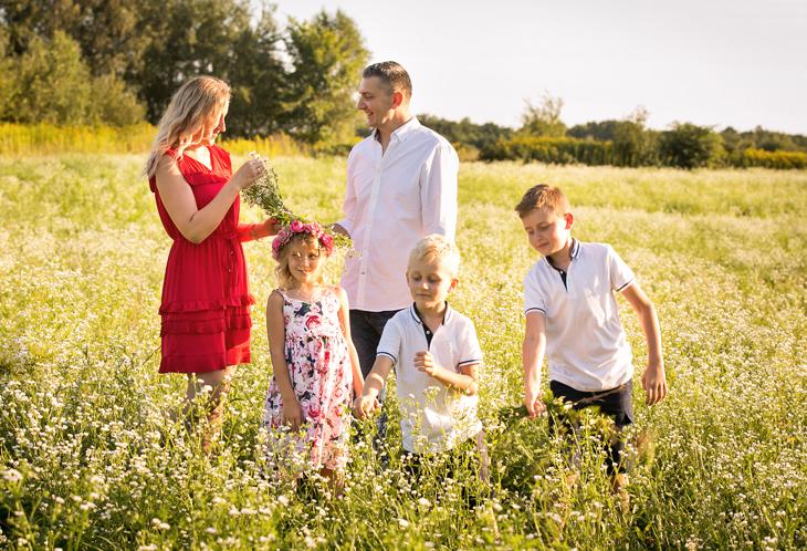 Rodzina na sesji zdjęciowej w plenerze