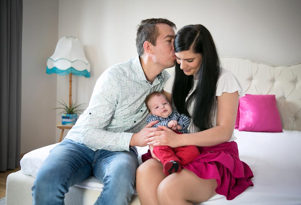 Rodzice ze swoim synkiem podczas sesji rodzinnej w domu